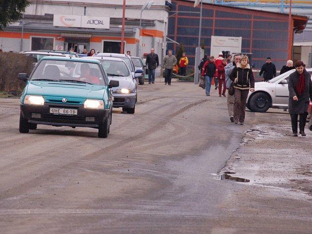 Parkoviště  před  hluckým  podnikem  Visteon – Autopal  je  každodenně  zaplněno  do posledního místa. Obyvatelé  Závodní ulice a sídliště pak mají problém s odstavením svých aut.