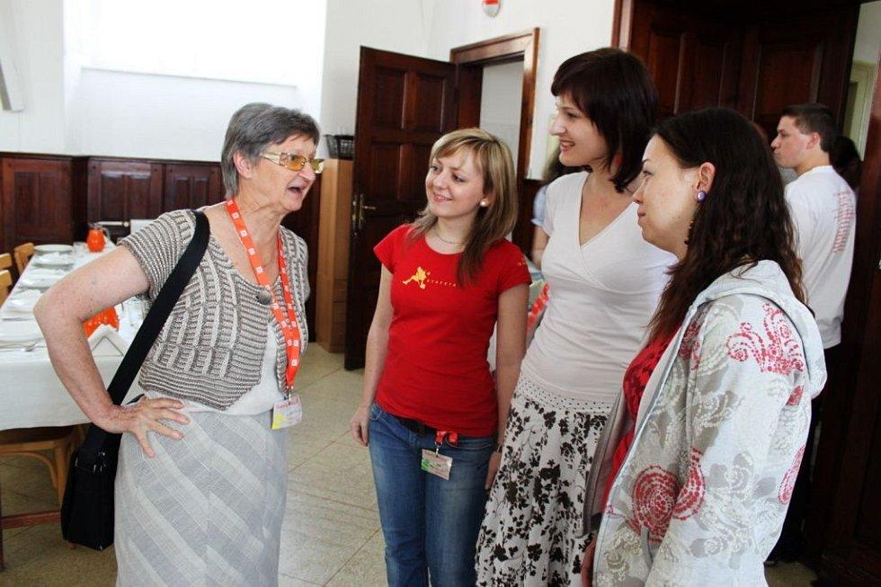 O duchovních potřebách nemocných hovořily studentky ještě v jídelně s Marií Svatošovou, lékařkou, spisovatelkou a publicistkou.