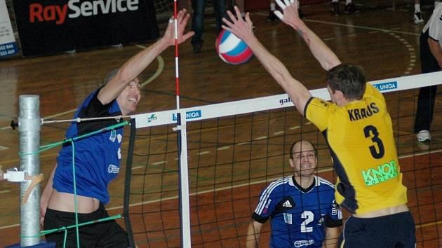 Hrající trenér domácích Petr Karabec útočí.