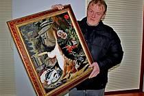 Velehradský malíř Pavel Bělovský s jedním ze svých obrazů.
