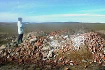 Zdeňka Kubátová ukazuje, kde všude se jedna z nepovolených skládek nedaleko Vážan rozkládá.