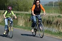 Za několik měsíců budou mít milovníci cyklistiky možnost cestovat ze Starého Města směrem na jih stejně bezpečně, jako cyklistky na snímku, jedoucí kolem Baťova kanálu z Babic.