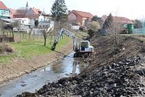 Čištění dna a břehů toku Okluky v Dolním Němčí v dubnu 2020.