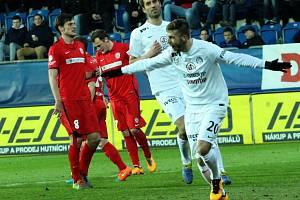 Marek Havlík (vpravo) právě proměnil penaltu. Slovácko vs. Zbrojovka