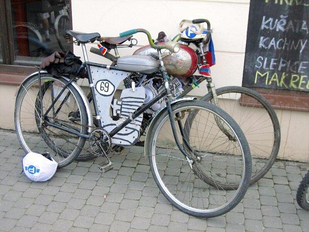 Účastníci tour absolvují trasu na nejroztodivněji vyzdobených bicyklech.