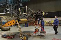 Zemědělskou leteckou legendu rozebrali studenti kunovické střední školy takřka do posledního šroubku.