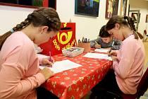 Obrázky, přání a vzkazy mohly děti vhazovat do zvláštní schránky Dopis Ježíškovi.