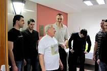 Když na oslavě svých šedesátin předseda volejbalového oddílu VSK Staré Město Petr Straka (uprostřed) přesvědčoval hráče o tom, že v Dobřichovicích vyhrají pátý rozhodující zápas, nikdo mu nevěřil.