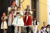 Přehlídka krojů na nádvoří Jezuitské koleje při Slováckých slavnostech vína a otevřených památek. Ilustrační foto.