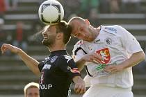 FC Hradec Králové – 1. FC Slovácko (modrá), domácí hráč Peter Jánošík a Tomáš Košút. Ilustrační foto.