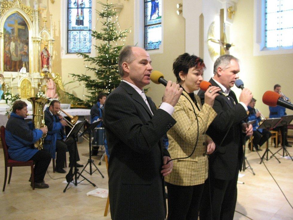Své vystoupení ve straňanském kostele obohatila dechová hudba Straňanka o písně Elvise Presleyho, Franka Sinatry a dalších klasiků světové populární hudby.