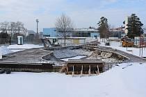 Stavba skateparku u aquaparku v Uherském Hradišti pod sněhem.