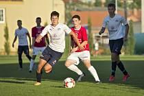 Devatenáctiletý fotbalista Pavel Juroška (v bílém dresu) se proti Velkému Meziříčí blýskl hattrickem.