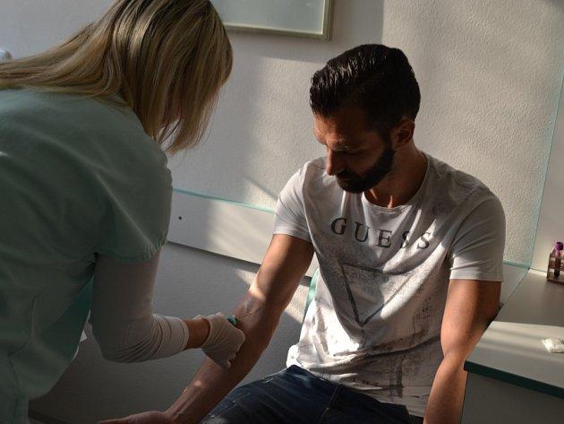 Fotbalisté 1. FC Slovácko darovali krev a nadace Korunka Luhačovice televizi.