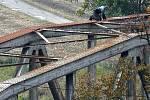 Mladý muž na železničním mostě v Uherském Hradišti hrozí sebevraždou