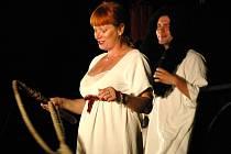 Herci Čechova prozatímně osvobozeného divadla sehráli Dívčí válku v archeoskanzenu Modrá.