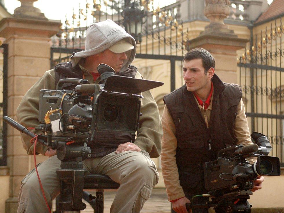 Ruský televizní štáb natáčí na zámku v Buchlovicích.