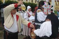 Lajblista počastoval před bazilikou děvčice, šohaje i občany vinným mokem.