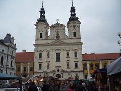 Na první pohled je kostel v pořádku. Při pozornějším pohledu jsou ale vady fasády nepřehlédnutelné.