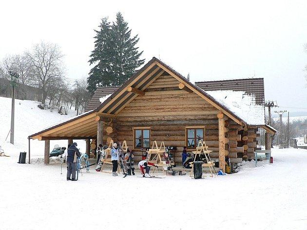Vedle lyžování na pěkném svahu nabízí Osvětimany také posezení ve vyhřátém srubu.