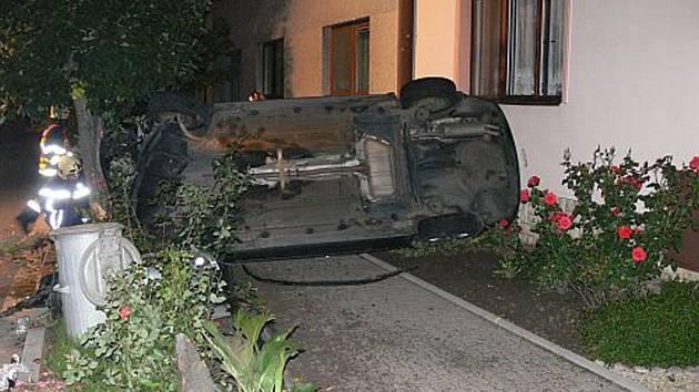 Auto ve velké rychlosti vyletělo mimo vozovku a zatarasilo chodník.