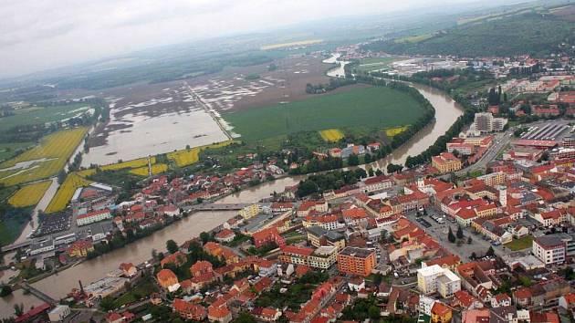 Letecký pohled na Uherské Hradiště prozrazuje, že hráze Moravy nápor vody skutečně vydržely. V jezero se změnilo pouze pole za Rybárnami, kam se dostala část vody z Baťova kanálu.