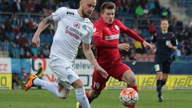 Petr Reinberk (v bílém) je na jaře stálým členem pevné defenzivy Slovácka.