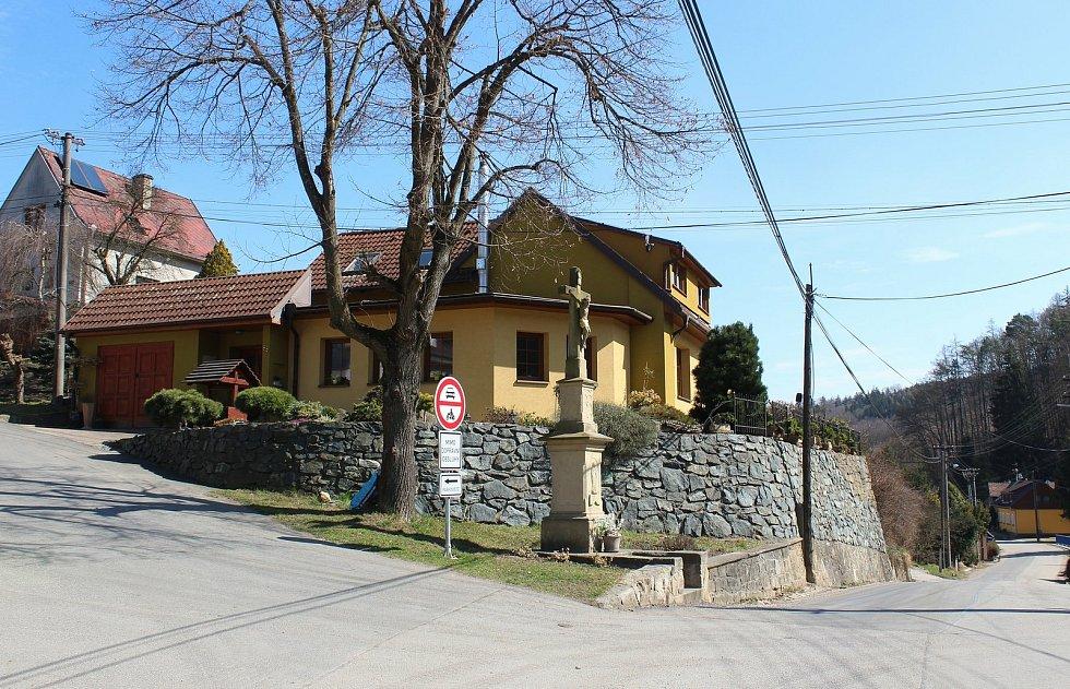 Vstupní brána do Chřibů je vesnička Salaš. Horní kříž.