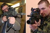 Na obou snímcích je útočná puška CZ 805 BREN A1. Ministr obrany Alexandr Vondra (vlevo) ji ale neměl osazenou podvěsným granátometem.