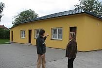 Sušická starostka Vlasta Háblová (vpravo) má radost z omlazených šaten.