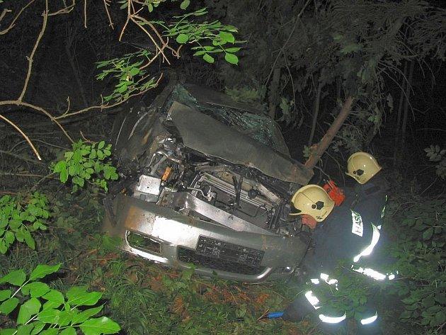 Havárie osobního auta u obce Strání, řidič skončil v lese a auto ho ochránilo před zraněním.