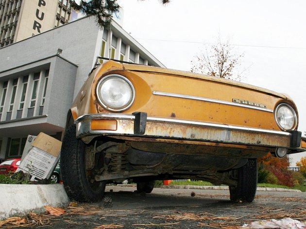 Odstavený vrak auta.