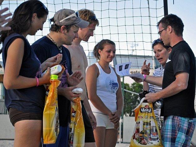 Devětadvacet smíšených dvojic se zúčastnilo v sobotu 14. června benefičního turnaje v plážovém volejbale Kola pro Afriku.