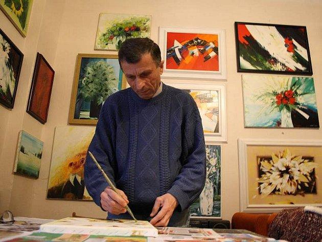 Ašot Arakeljan pracuje ve svém ateliéru.