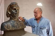 Busta bývalého Československého a Českého prezidenta Václava Havla, která má být umístěna v paláci národů ve Štrasburku, vzniká v těchto dnech v Uherském Brodě. Tvoří ji tam akademický sochař Lubomír Janečka.