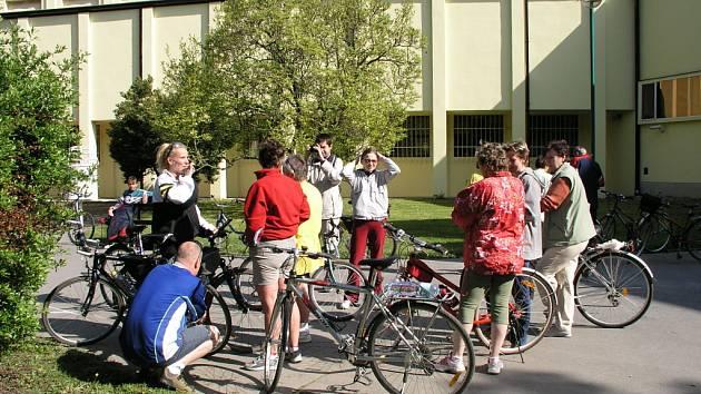 Cyklisté vyráží od hlavní budovy Slováckého muzea.