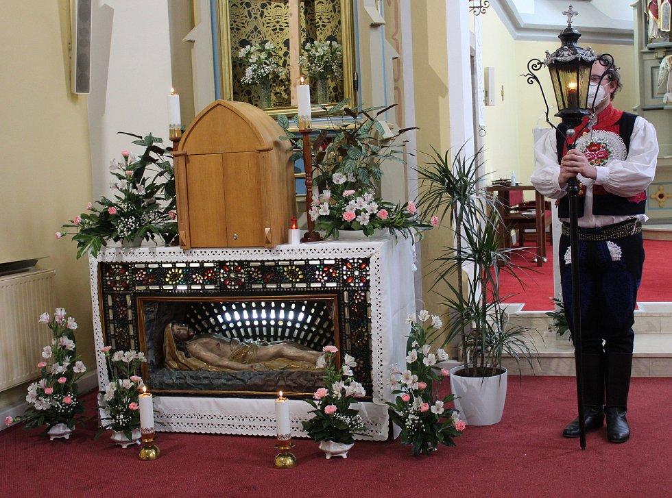 Bílá sobota v Dolním Němčí.  Marek Stojaspal s lampou hlídá Boží hrob.