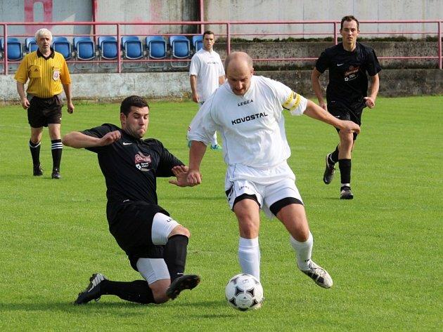 Fotbalisté Jarošova (v bílém) si na domácím hřišti poradili s Nezdenicemi, kterým hlavně díky povedenému závěru první půle nasázeli čtyři branky.