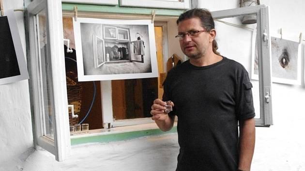 Velmi netradiční výstava fotografií s názvem Vitajte V plotoch 26, se uskutečnila v sobotu 21. září ve vlčnovském domku č. 26, pocházejícím z počátku minulého století.