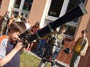 Vojtěch Kaisler, člen uherskobrodského astronomického kroužku, pozoruje noční oblohu.