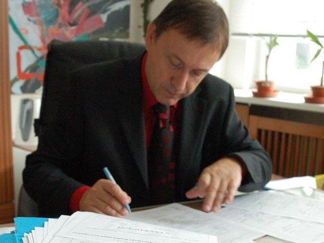Ředitel Základní školy Staré Město Josef Jurnykl podepisuje vysvědčení.
