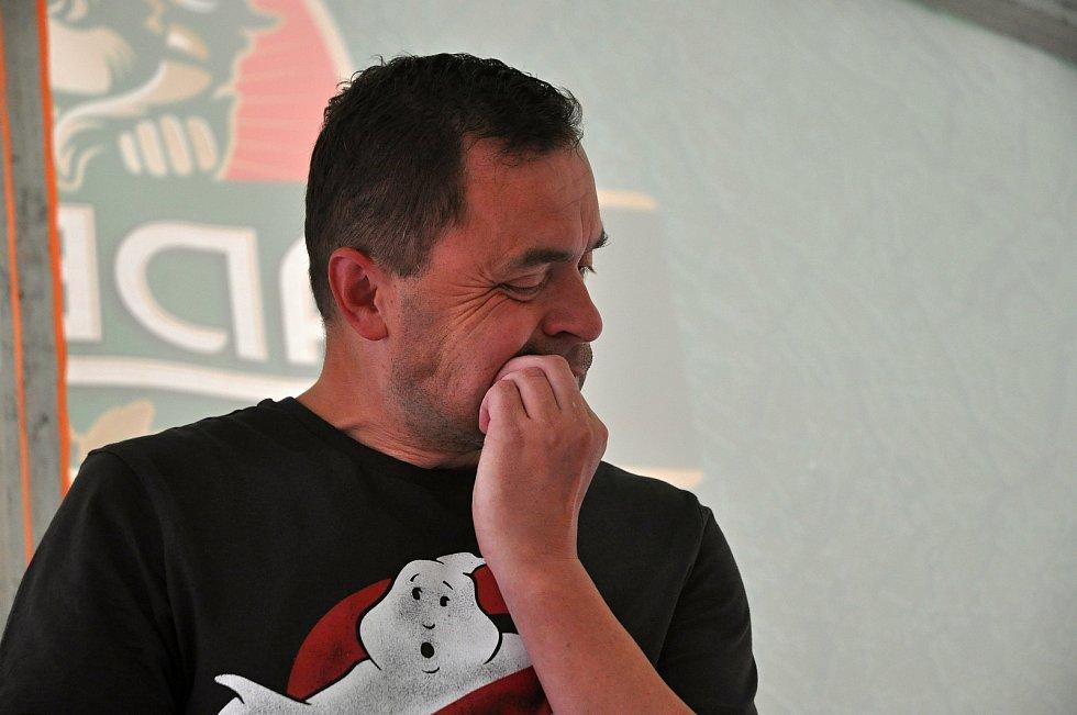Maxijedlík Jaroslav Němec z Bystrého u Poličky pojídá na gastrofestivalu v Kunovicích na Uherskohradišťsku smaženého štíra; neděle 9. srpna 2020