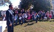 V základní škole Uherské Hradiště Jarošov přivítali nový školní rok. Ředitel Pavel Jančář vítá prvňáčky