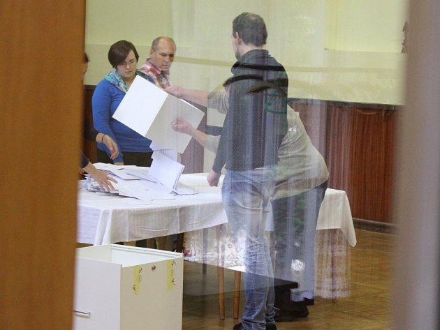 Po druhé hodině odpolední se volební místnost referenda uzamkla, aby následně komise začala počítat hlasy.