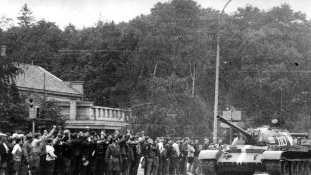 """Občané Uherského Hradiště """"vítají"""" ruské okupanty."""