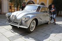 Stěhování automobilu Tatra 87 na nádvoří Reduty v Uherském Hradišti.