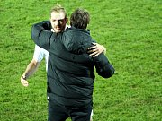 Fotbalisté Slovácka (v bílých dresech) otočili domácí duel s Jihlavou a po výhře 2:1 se v HET lize odpoutali z posledního místa