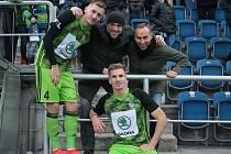 Na Městském stadionu v Uherském Hradišti se potkali kamarádi Tomáš Hájek (vlevo), Michal Molek (uprostřed), Otakar Novák a Jakub Jugas (dole). Foto: pro Deník/Jan Zahnaš