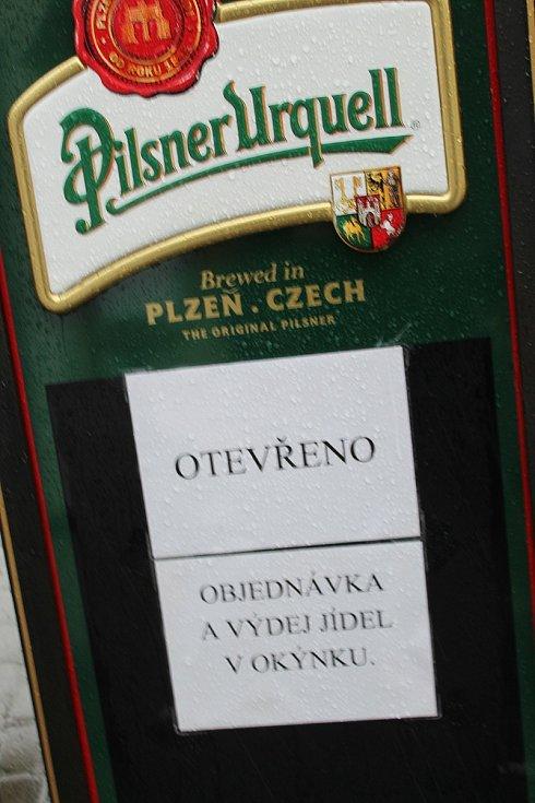 Zahrádka uherskohradišťské restaurace U Bláznicé slepice.