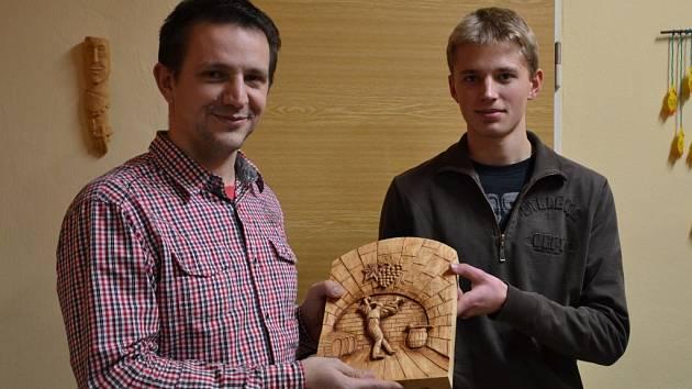 Zdeněk Halík (vpravo) vydražil své dílo na pomoc Haiti. Získal ho vinař Tomáš Vávra.